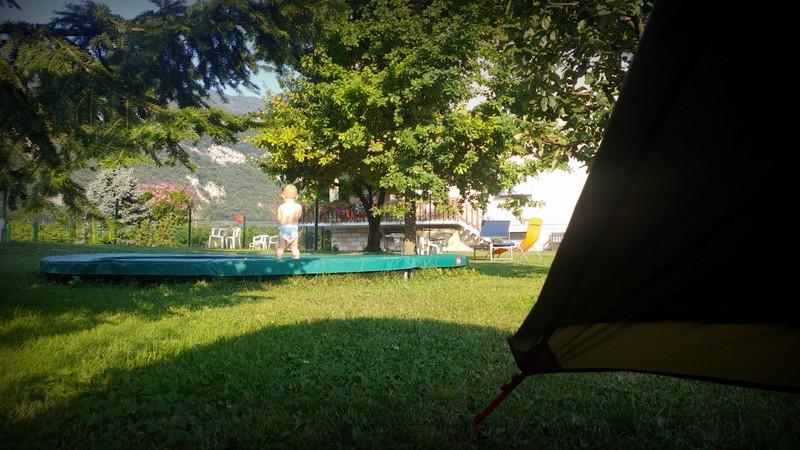 Wir dösen noch im Halbschlaf und beobachten den Trampolin-springenden Louis aus dem Zelt.